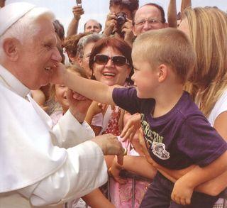 Benedcito XVI con niño