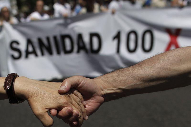Dos-manifestantes-se-dan-la-ma_54376913330_54028874188_960_639